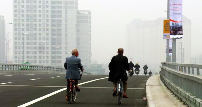 Xử nghiêm người đỗ xe, chụp ảnh trên cầu Nhật Tân - ảnh 2