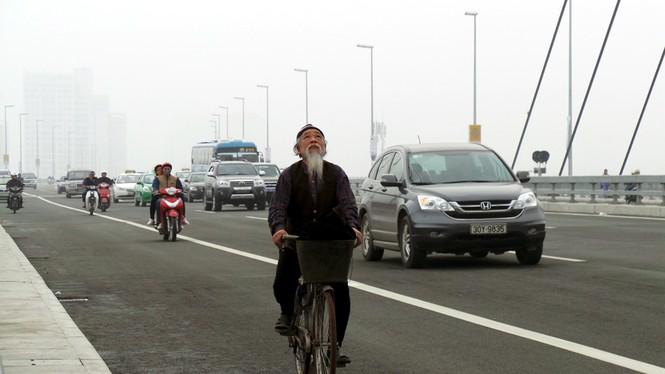 Xử nghiêm người đỗ xe, chụp ảnh trên cầu Nhật Tân - ảnh 3