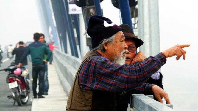 Xử nghiêm người đỗ xe, chụp ảnh trên cầu Nhật Tân - ảnh 4