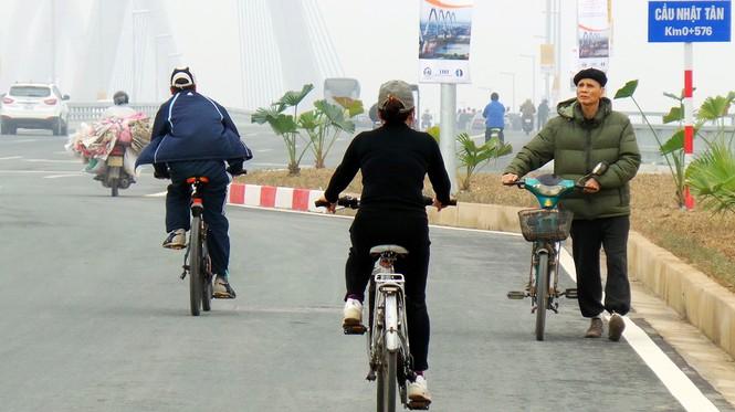 Xử nghiêm người đỗ xe, chụp ảnh trên cầu Nhật Tân - ảnh 6