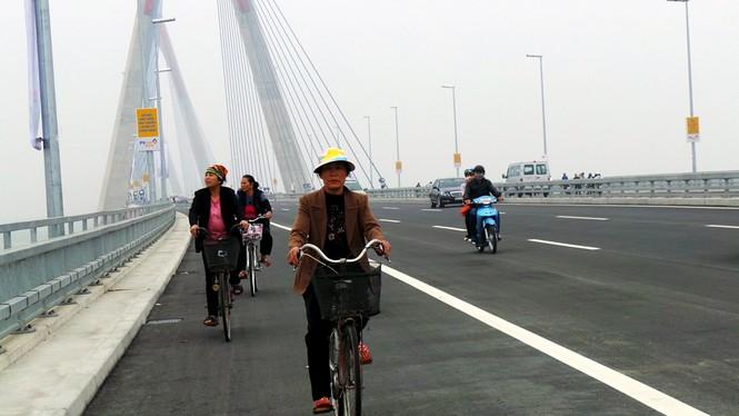 Xử nghiêm người đỗ xe, chụp ảnh trên cầu Nhật Tân - ảnh 7