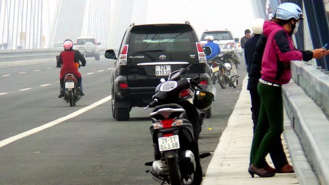 Xử nghiêm người đỗ xe, chụp ảnh trên cầu Nhật Tân - ảnh 9