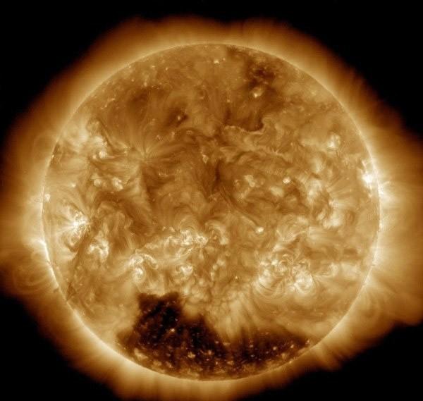 NASA mới phát hiện bí ẩn tại cực nam Mặt Trời - ảnh 1