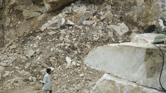 Hãi hùng, đang lái máy xúc bất ngờ bị khối đá chục tấn đè bẹp - ảnh 1