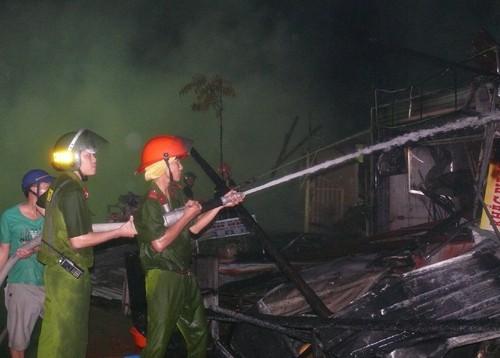 12 căn nhà trong khu chợ ở Cà Mau bị thiêu rụi - ảnh 2