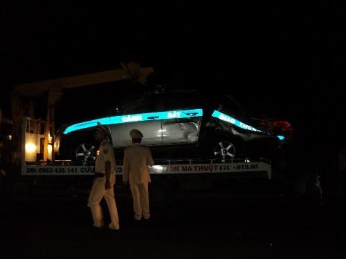 Cây to đường kính cả mét đổ bất ngờ, đè bẹp ô tô của CSGT - ảnh 2