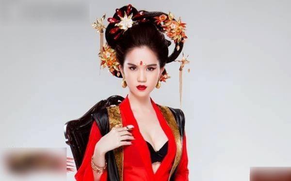 'Chèn ép' vòng một, Ngọc Trinh bị chỉ trích khi hóa Võ Tắc Thiên - ảnh 3