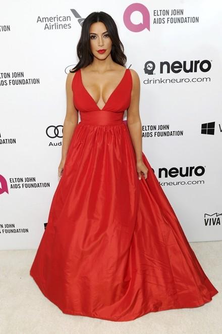 Kim Kardashian chuộng đồ xẻ ngực - ảnh 10