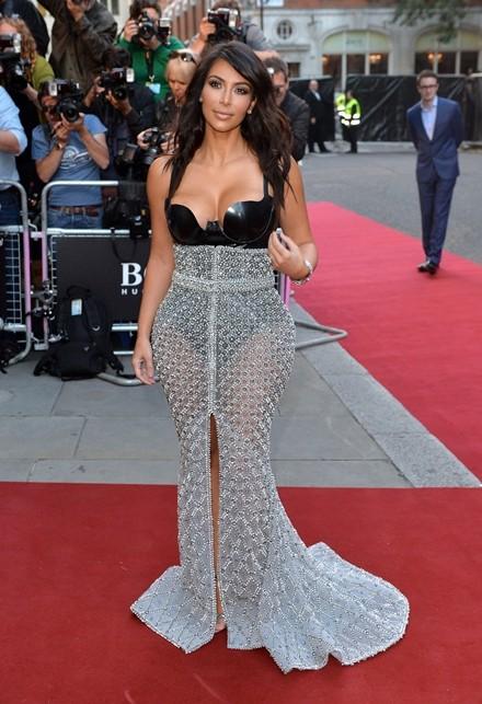 Kim Kardashian chuộng đồ xẻ ngực - ảnh 11