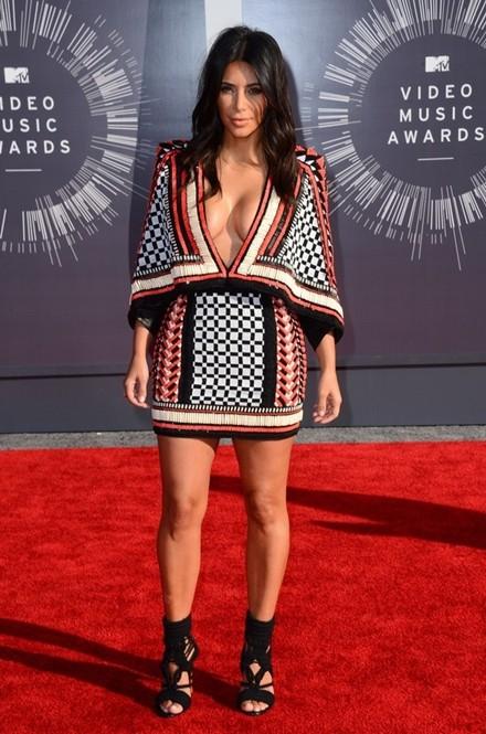 Kim Kardashian chuộng đồ xẻ ngực - ảnh 12