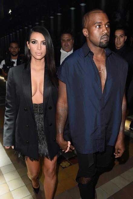Kim Kardashian chuộng đồ xẻ ngực - ảnh 3