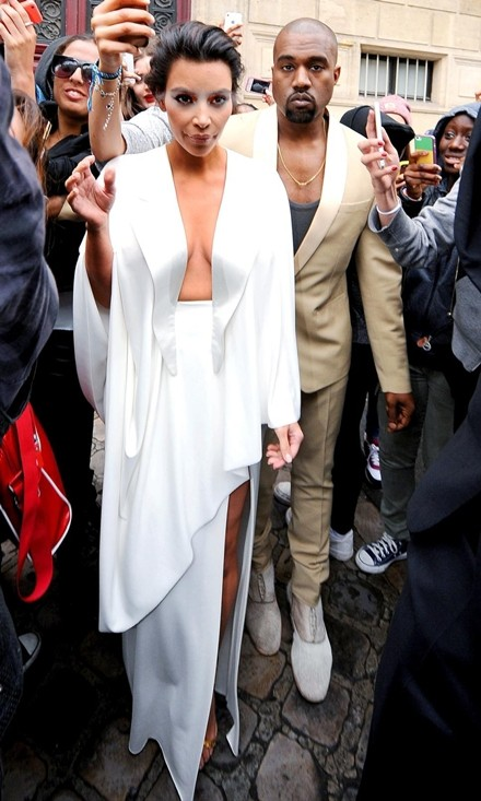 Kim Kardashian chuộng đồ xẻ ngực - ảnh 4