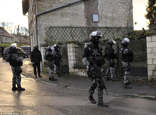 Theo chân đặc nhiệm truy lùng nghi phạm thảm sát Paris - ảnh 3