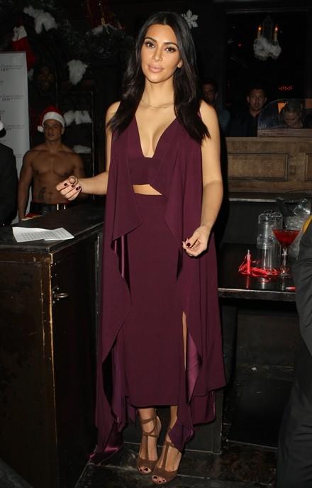 Kim Kardashian chuộng đồ xẻ ngực - ảnh 5