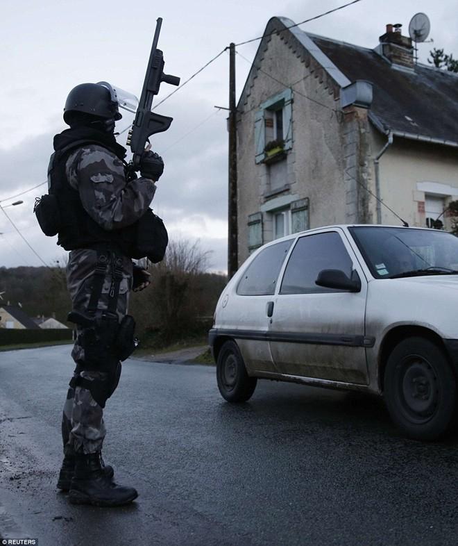 Theo chân đặc nhiệm truy lùng nghi phạm thảm sát Paris - ảnh 4