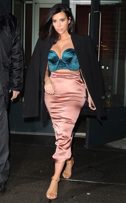Kim Kardashian chuộng đồ xẻ ngực - ảnh 6