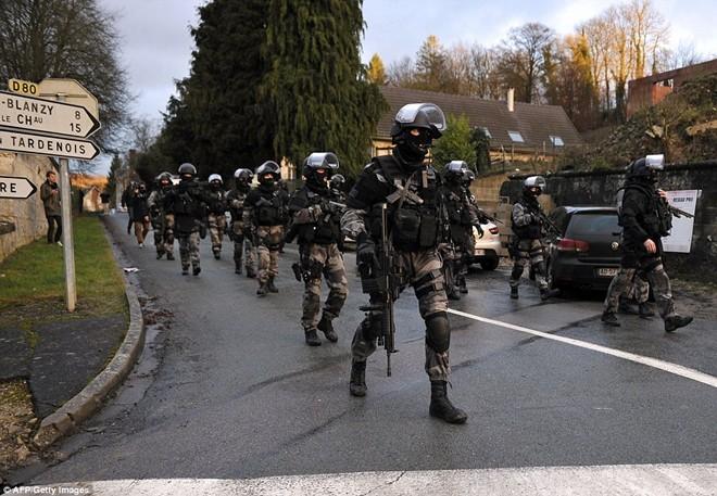 Theo chân đặc nhiệm truy lùng nghi phạm thảm sát Paris - ảnh 6