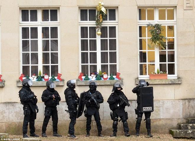 Theo chân đặc nhiệm truy lùng nghi phạm thảm sát Paris - ảnh 7