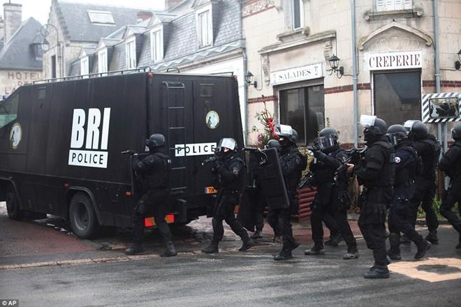 Theo chân đặc nhiệm truy lùng nghi phạm thảm sát Paris - ảnh 8