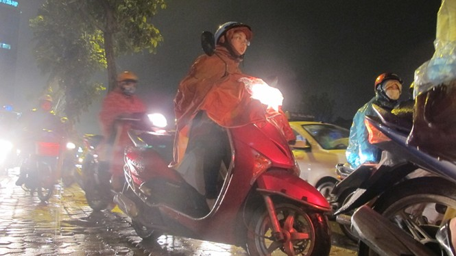 """Hà Nội: Ùn tắc hàng giờ, người dân """"chịu trận"""" trong mưa rét - ảnh 3"""
