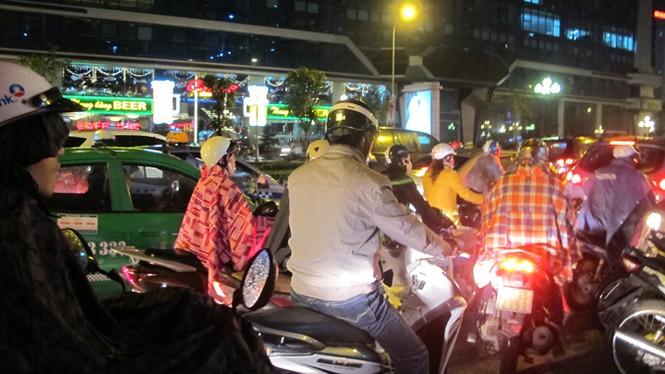 """Hà Nội: Ùn tắc hàng giờ, người dân """"chịu trận"""" trong mưa rét - ảnh 2"""
