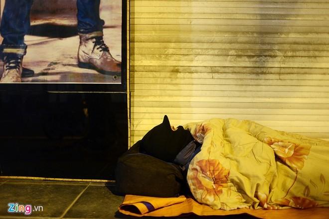 Người vô gia cư mặc áo mưa ngủ vỉa hè trong đêm giá - ảnh 11