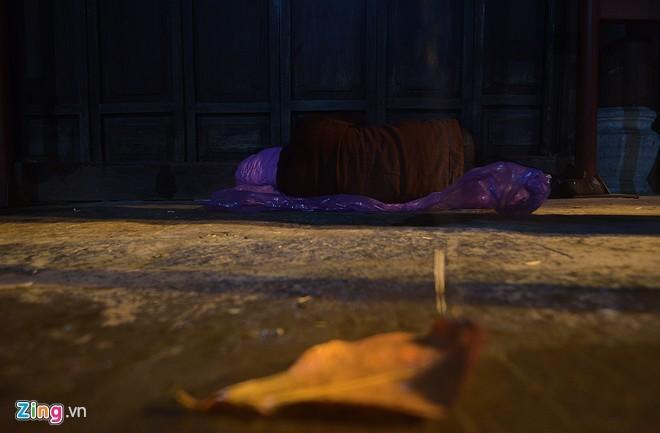 Người vô gia cư mặc áo mưa ngủ vỉa hè trong đêm giá - ảnh 4