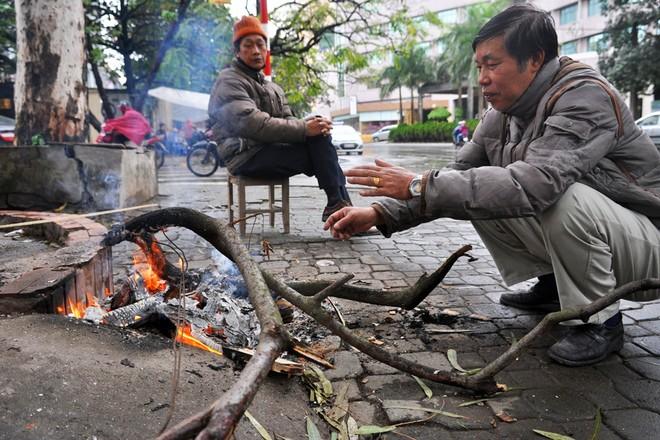 Hà Nội rét đậm, người dân đốt lửa sưởi ấm - ảnh 4