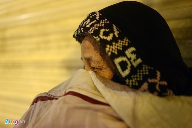 Người vô gia cư mặc áo mưa ngủ vỉa hè trong đêm giá - ảnh 5