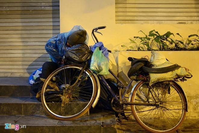 Người vô gia cư mặc áo mưa ngủ vỉa hè trong đêm giá - ảnh 6