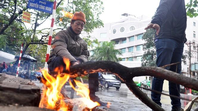 Hà Nội rét đậm, người dân đốt lửa sưởi ấm - ảnh 5