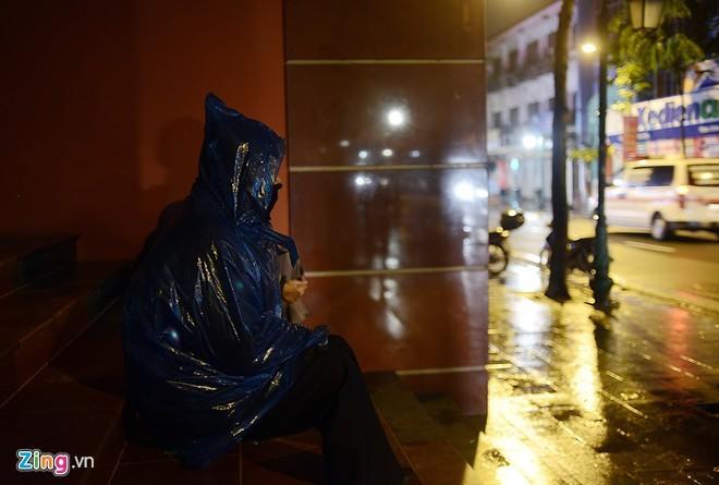 Người vô gia cư mặc áo mưa ngủ vỉa hè trong đêm giá - ảnh 7