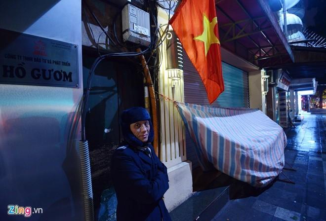 Người vô gia cư mặc áo mưa ngủ vỉa hè trong đêm giá - ảnh 8