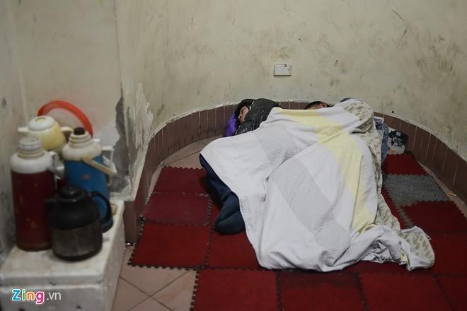 Người vô gia cư mặc áo mưa ngủ vỉa hè trong đêm giá - ảnh 9
