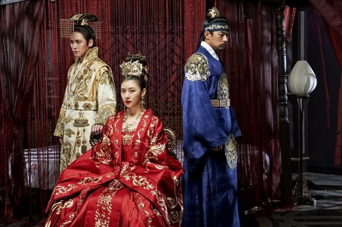 """Những vai diễn hoàng hậu làm """"khuynh đảo"""" màn ảnh Hàn Quốc - ảnh 4"""