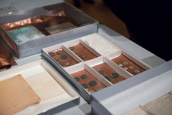 Vén màn bí ẩn bên trong hộp thời gian 220 tuổi - ảnh 4