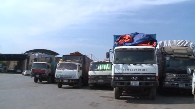"""Hàng trăm xe tải """"nằm chết"""" ở cửa khẩu vì công văn - ảnh 4"""