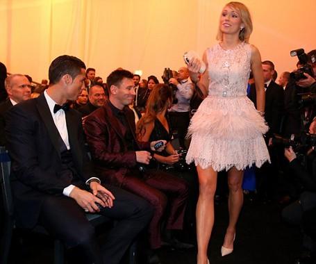 Ronaldo và Messi dán mắt vào nữ cầu thủ xinh đẹp - ảnh 1