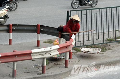 'Tóm gọn' những kiểu sang đường kỳ quái ở Hà Nội - ảnh 1