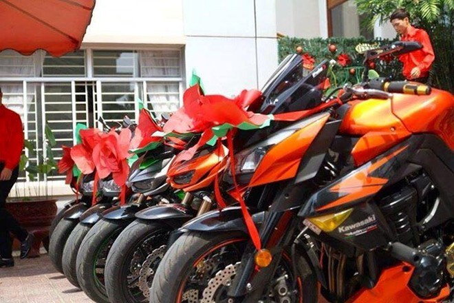 Kawasaki Z1000 trang trí lạ mắt đi rước dâu tại Biên Hòa - ảnh 4