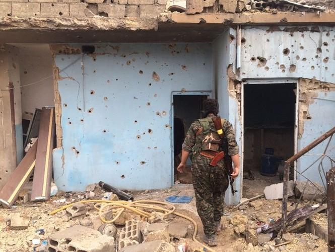 Thảm thương thị trấn Syria trong vòng vây phiến quân IS - ảnh 14
