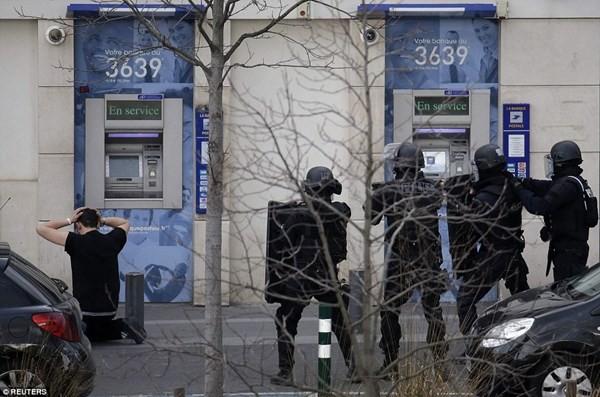 Tay súng điên bắt cóc con tin ở bưu điện gần Paris - ảnh 2