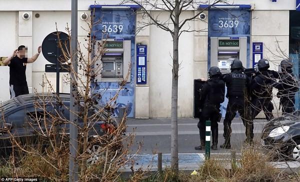 Tay súng điên bắt cóc con tin ở bưu điện gần Paris - ảnh 1