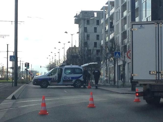 Tay súng điên bắt cóc con tin ở bưu điện gần Paris - ảnh 4