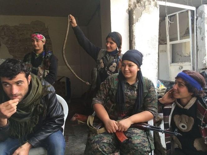 Thảm thương thị trấn Syria trong vòng vây phiến quân IS - ảnh 7