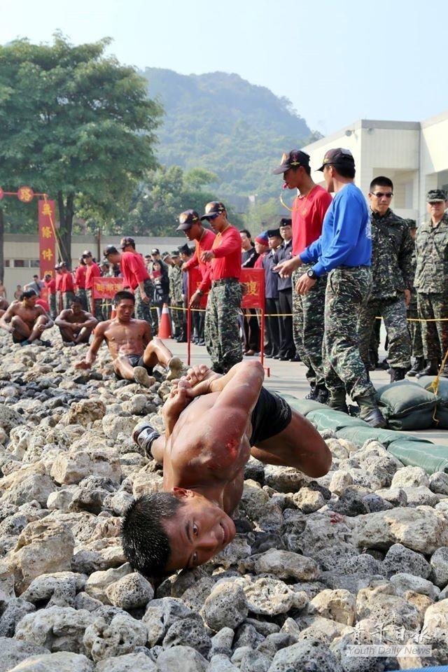 Mục kích lính đặc nhiệm thể hiện kỹ năng bò trên đá - ảnh 1