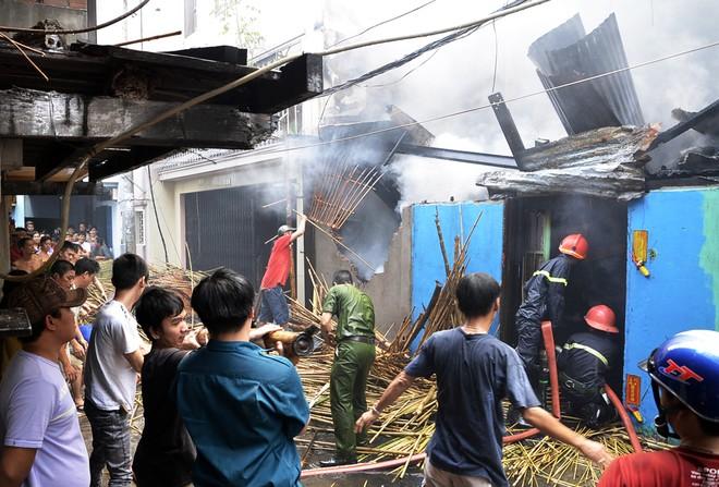 Cháy rụi căn nhà hai tầng sản xuất hàng mây tre - ảnh 3