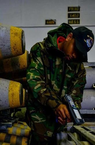 Tận mục qui trình lắp ráp ổ ạt bom thông minh JDAM Mỹ - ảnh 5