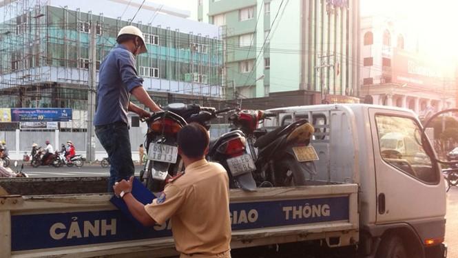 Hãi hùng ô tô 'điên' đâm hàng loạt xe máy tại trạm xăng - ảnh 2
