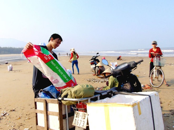 [ẢNH] Người dân ở Hà Tĩnh đổ ra biển vớt sò lông - ảnh 9